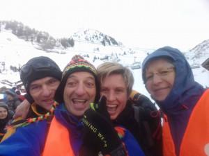 Jean-Luc et Aurélie deux des randonneurs en selfie avec Alain et Claire, deux bénévoles